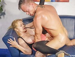 HAUSFRAU FICKEN - German grandmother cheats with junior dude