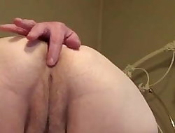 Mature plays with her arse